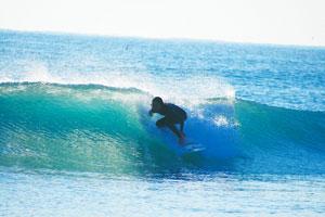 サーフィンをする若林さん