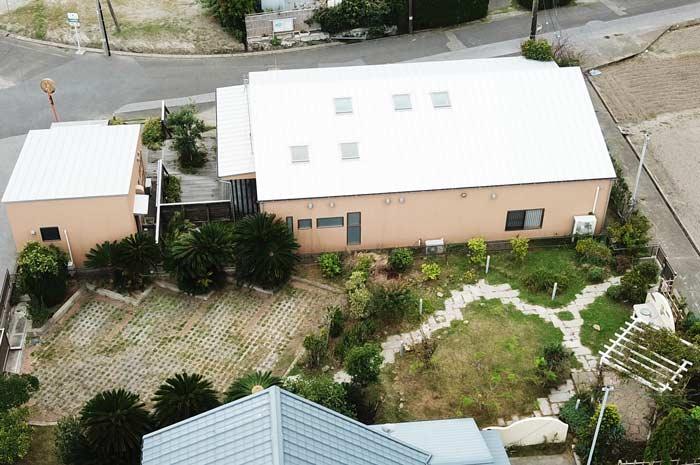 裏庭と駐車場の画像