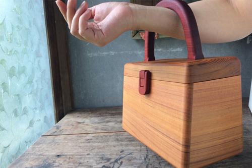 木のハンドバッグの画像