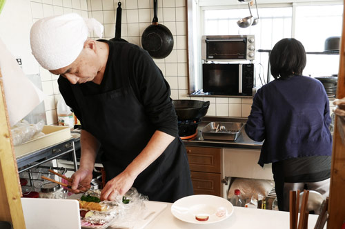 前菜を作る宮寺利昌さんの画像