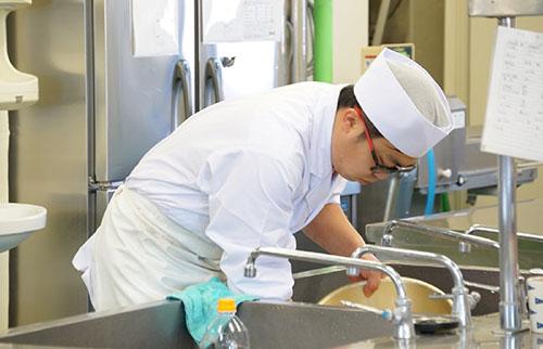 厨房で働くスタッフの画像