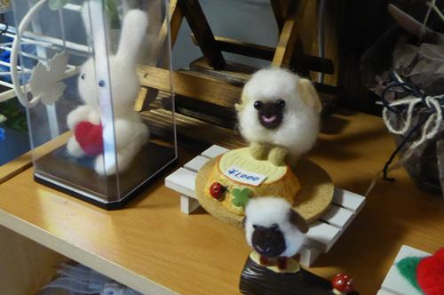 羊毛フエルトのうさぎと羊の画像