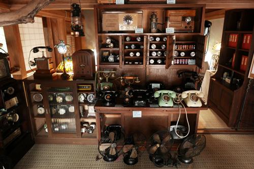古い電話機や扇風機の画像