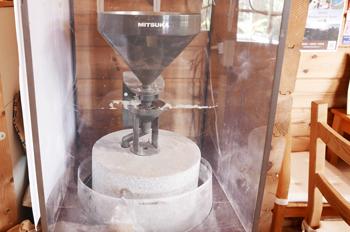 石臼の製粉機の画像