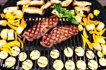 BBQグリルで焼くステーキの画像