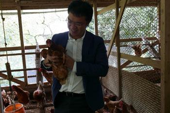鶏を抱く川合淳一さん