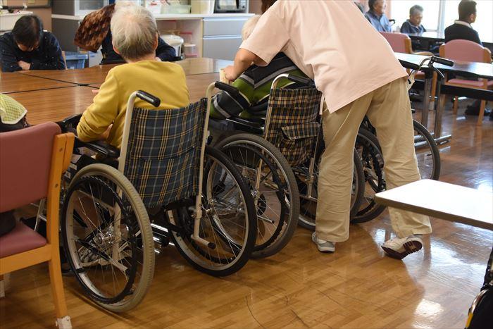 車いすの老人を介護する様子