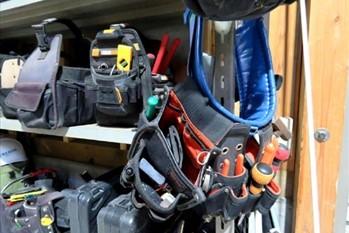 工具などの道具が置かれた棚