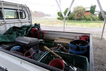軽トラに積まれた作業道具