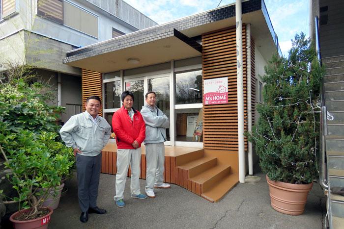 従業員とともに立つ三浦さん(左)