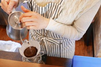 コーヒーをいれる釜井さん