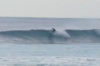 サーフィンをするKOHEIさん