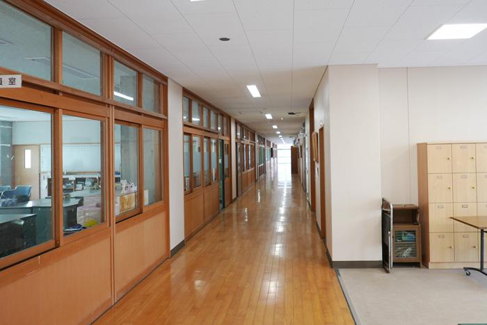 校舎棟1階の廊下