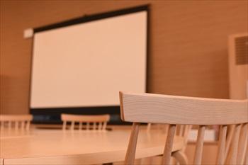 カフェの大きなスクリーン