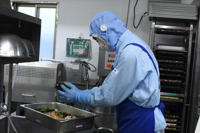 作業中の調理スタッフ