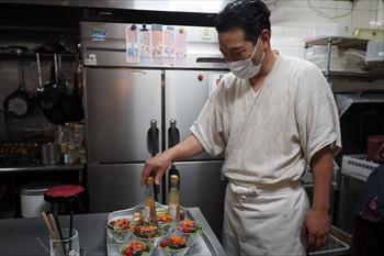 【料理の準備をする山本さん