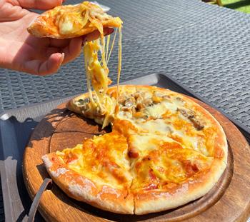 焼き立てのピザ