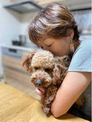 犬を抱く津川さん